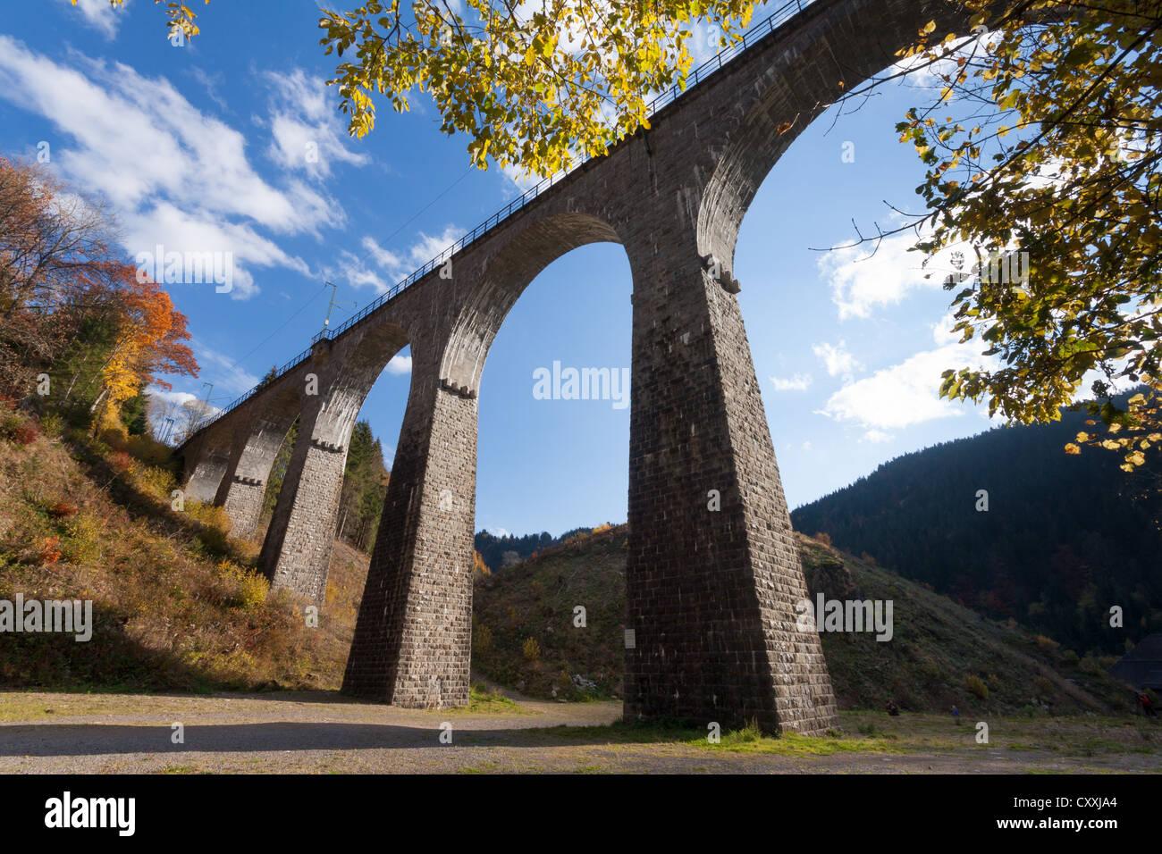 Viadukt der Schwarzwaldbahn, Schwarzwaldbahn im Hoellental Tal im Herbst, Breisgau im Schwarzwald Stockbild
