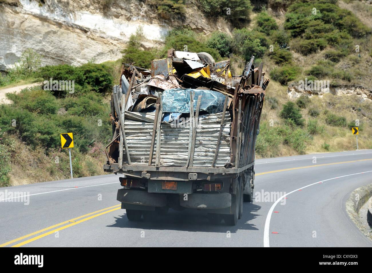 LKW-Transport von Metall, Ecuador, Südamerika Stockbild