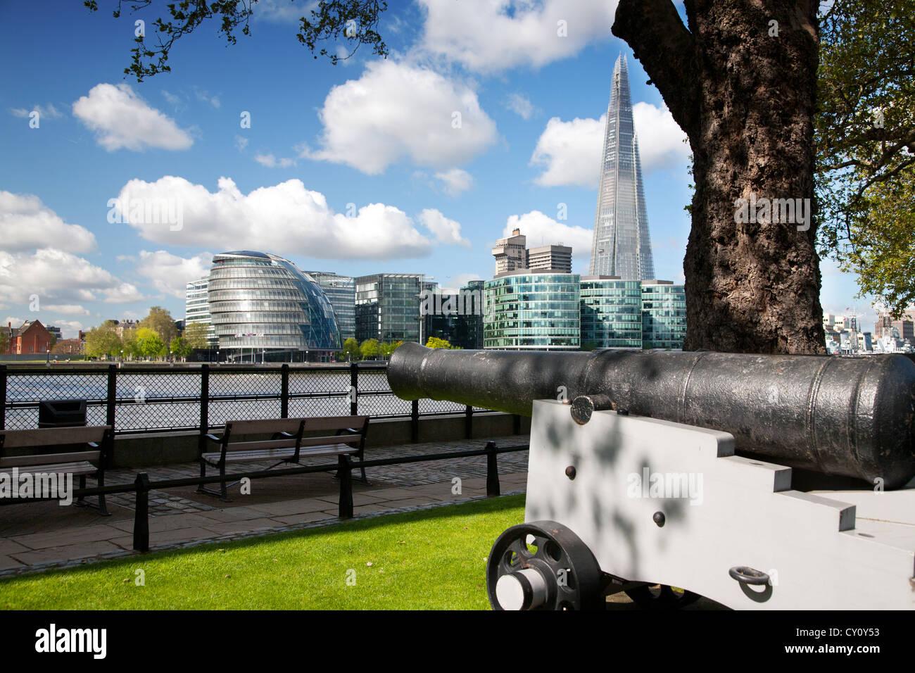 England. London. Canon an der Themse. Rathaus und der Shard Gebäude im Hintergrund. Stockbild