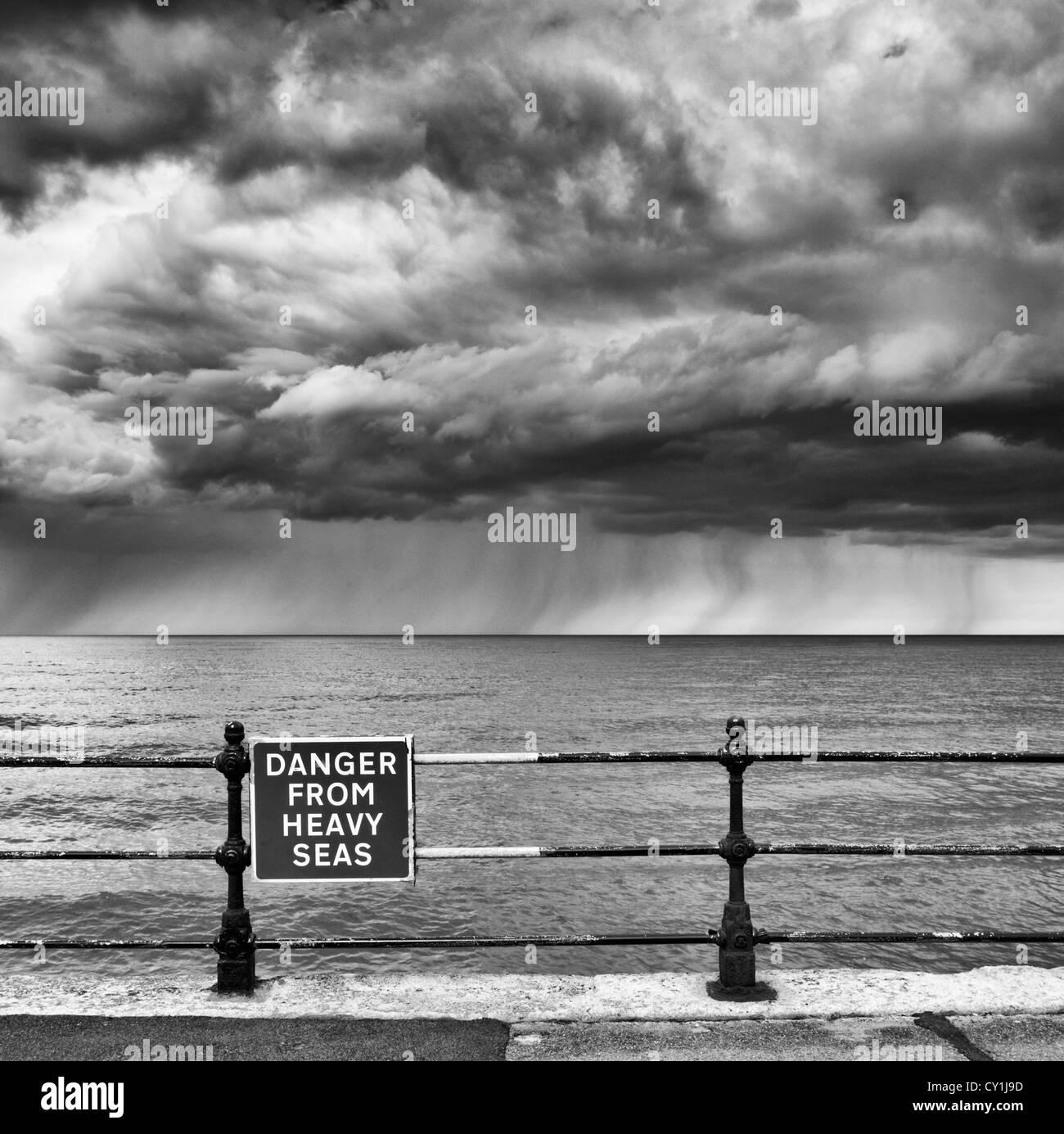 """""""Gefahr von schwerer See"""" am Strand von Scarborough, North Yorkshire, England zu unterzeichnen Stockbild"""