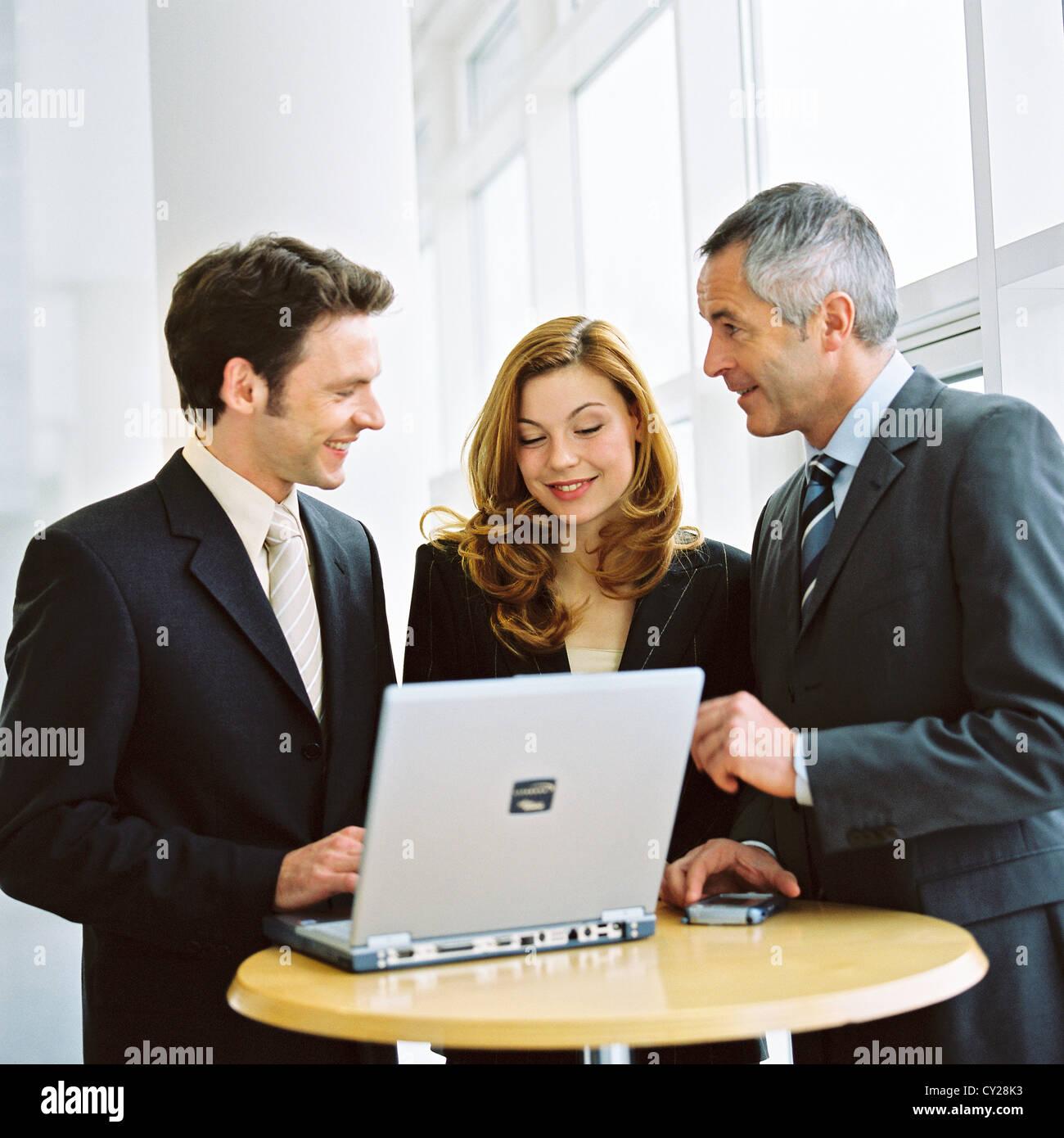 Business-Leute Mann Frau Vertrauen Zusammenarbeit Laptop Notebook lizenzfrei außer anzeigen und Reklametafeln Stockbild