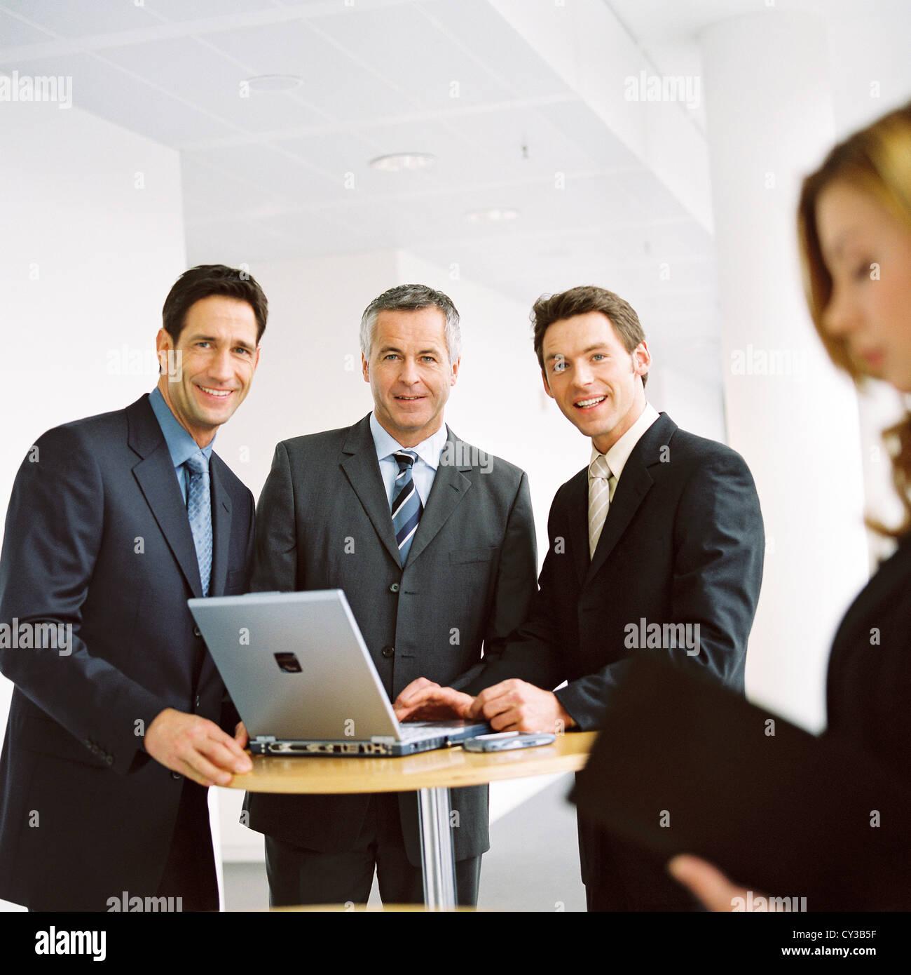 Gruppe von Geschäftsleuten mit Laptop lizenzfrei außer anzeigen und Reklametafeln Stockbild