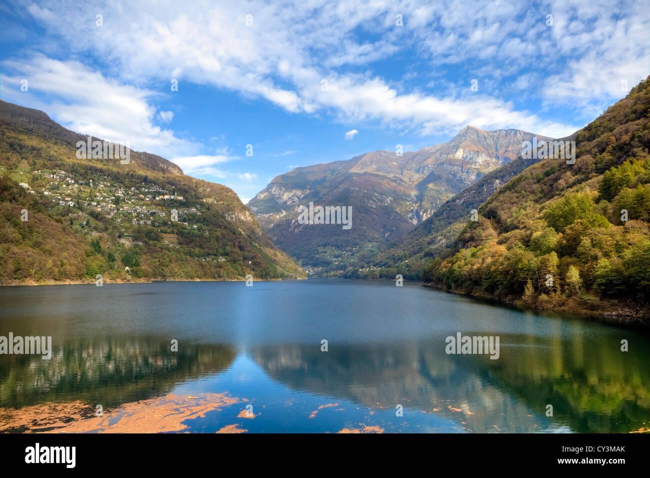 Lago di Vogorno ist ein Stausee am Ende das Verzascatal im Tessin, Schweiz Stockbild