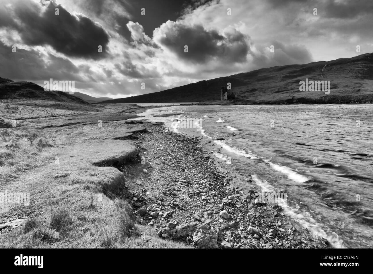 Loch Assynt und Ardwreck Burg Stockbild