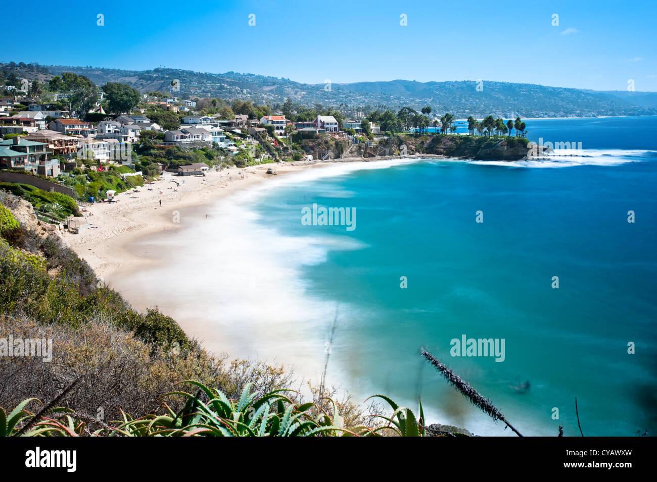 Ein Bild von einer schönen Bucht namens Crescent Bay in Laguna Beach, Kalifornien. Stockbild