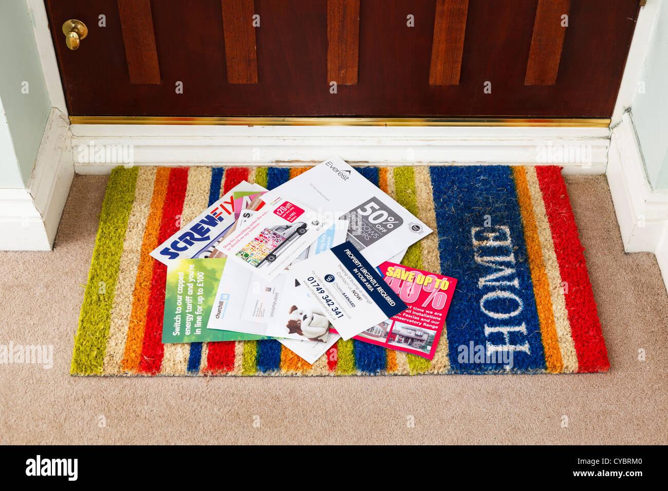 Junk-e-Mail auf eine Fußmatte in einem Haus, UK - Details geändert, für die Sicherheit Stockbild