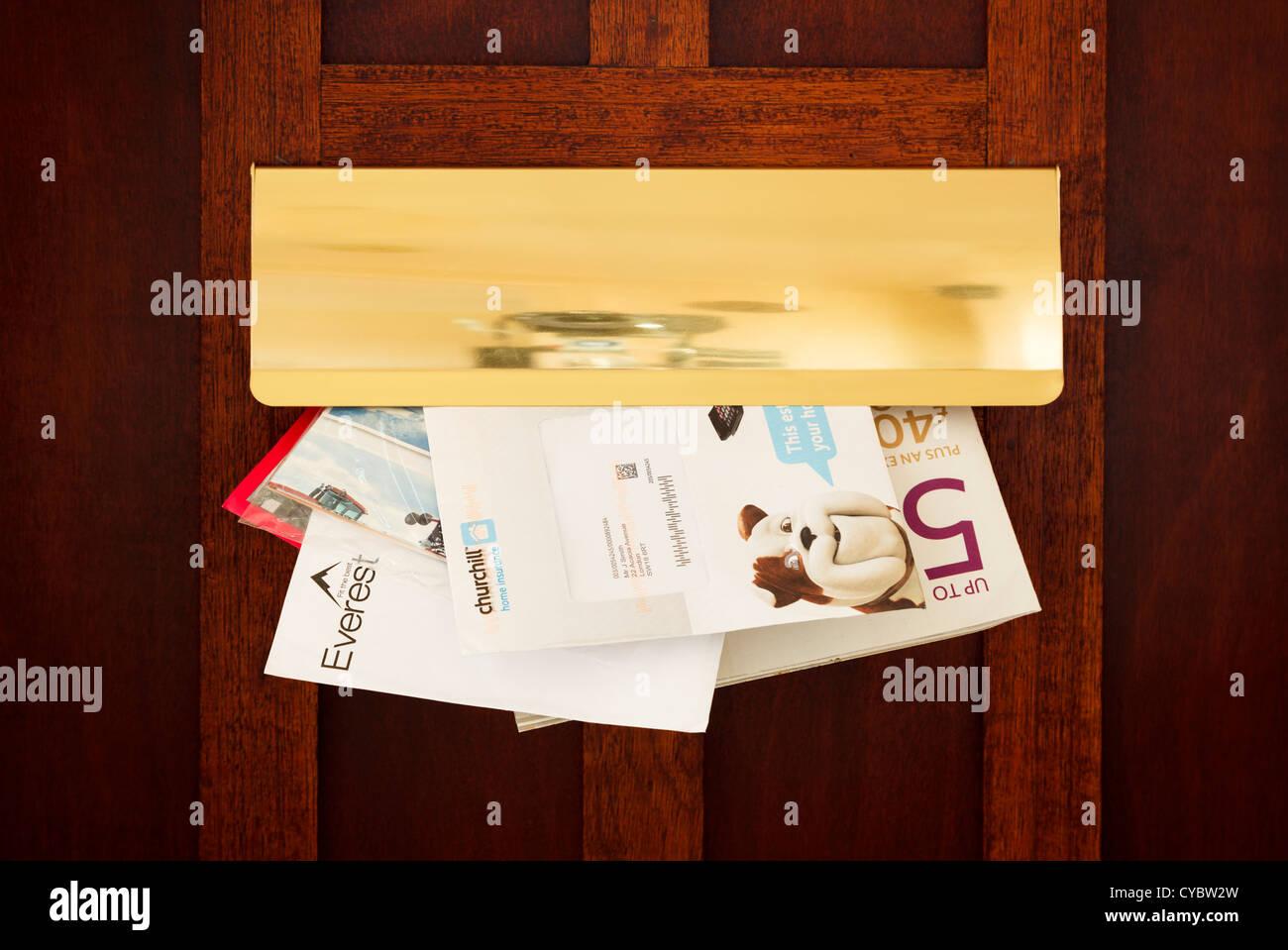 Briefe und Junk-e-Mail kommt durch einen Briefkasten, UK - Details geändert, für die Sicherheit Stockbild