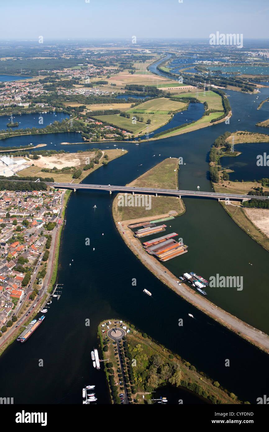 Den Niederlanden, Maasbracht, Autobahn A2 vorbei Fluss Maas oder Meuse. Luft. Stockbild