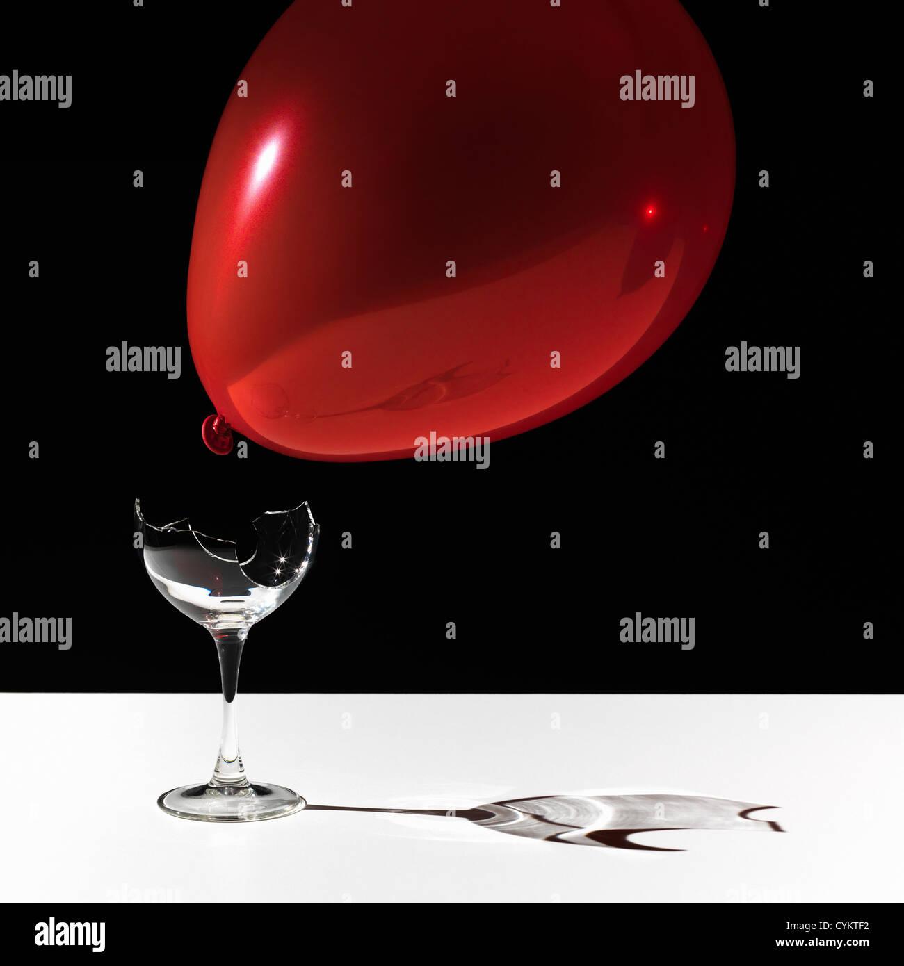 Ballon schwebt über Glasscherben Stockbild