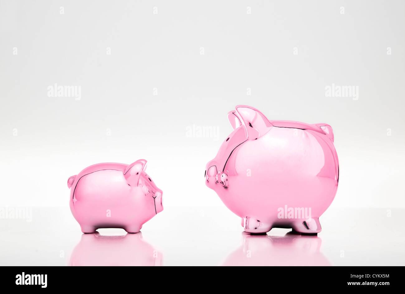 Große und kleine Sparschweine Stockfoto