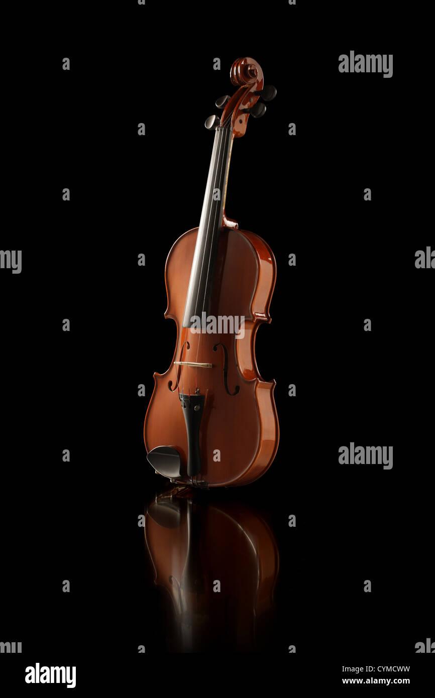 Elegante Schuss einer Geige auf schwarzem Hintergrund Stockbild