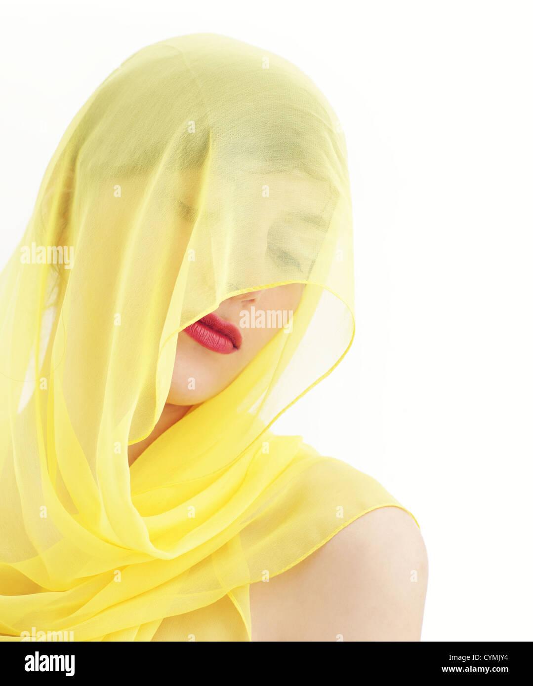 Junge schöne Frau mit einem Schleier versteckt Stockbild