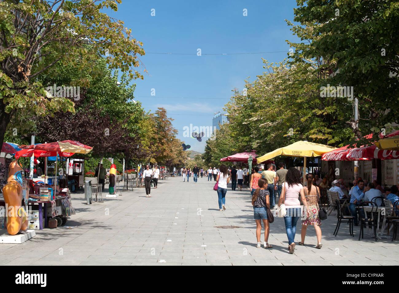 Fußgänger zu Fuß entlang Boulevard Nene Tereza in Pristina, der Hauptstadt der Republik Kosovo. Stockbild