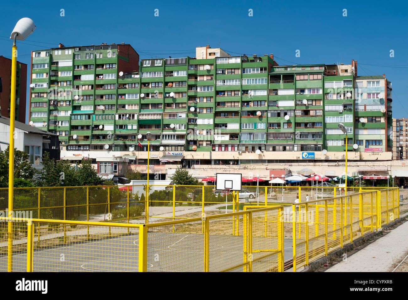 Mehrfamilienhäuser und Basketballplätze in Pristina, der Hauptstadt der Republik Kosovo. Stockbild