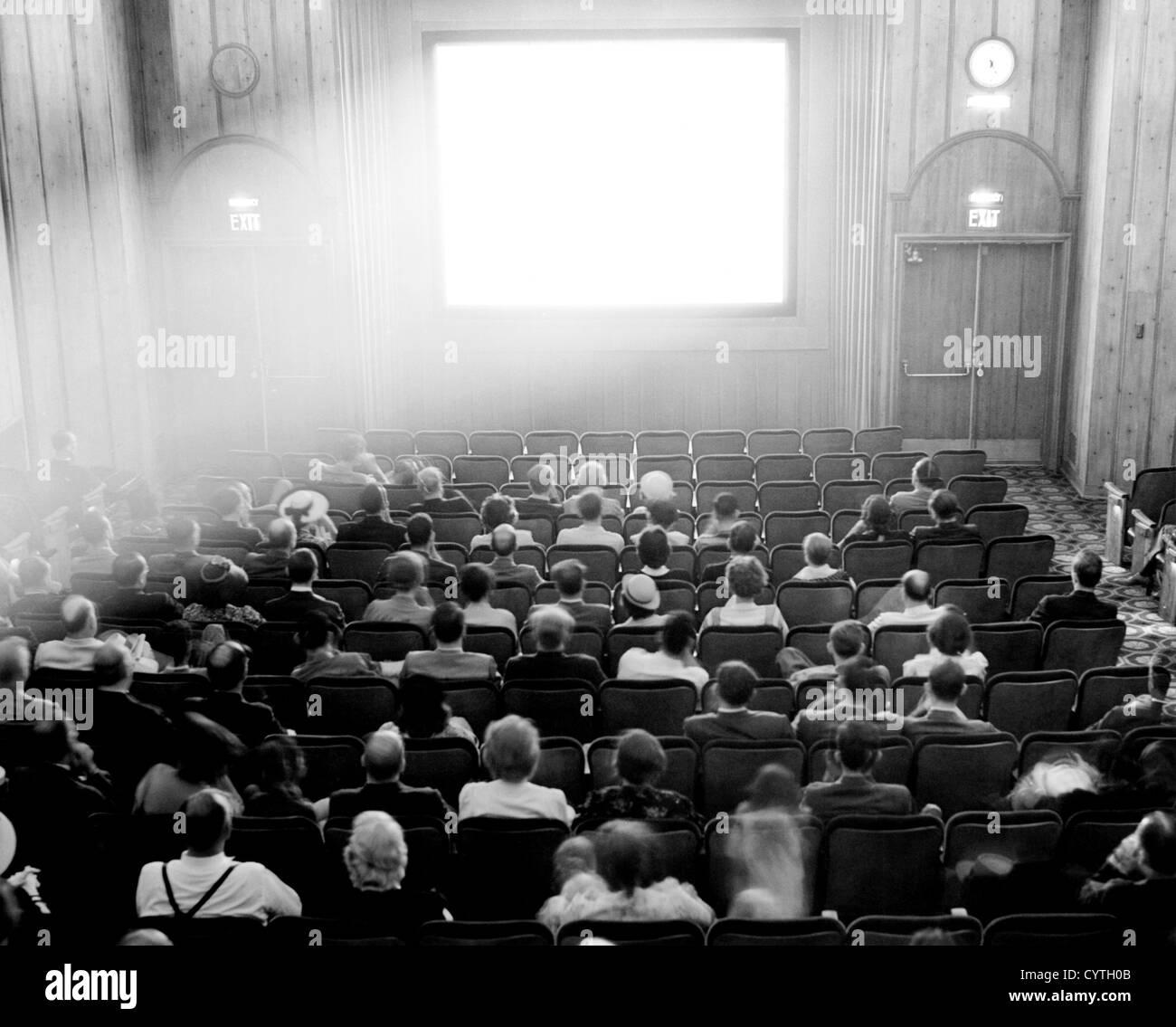 Paare in einem Theater bereitet sich einen Film ansehen Stockbild