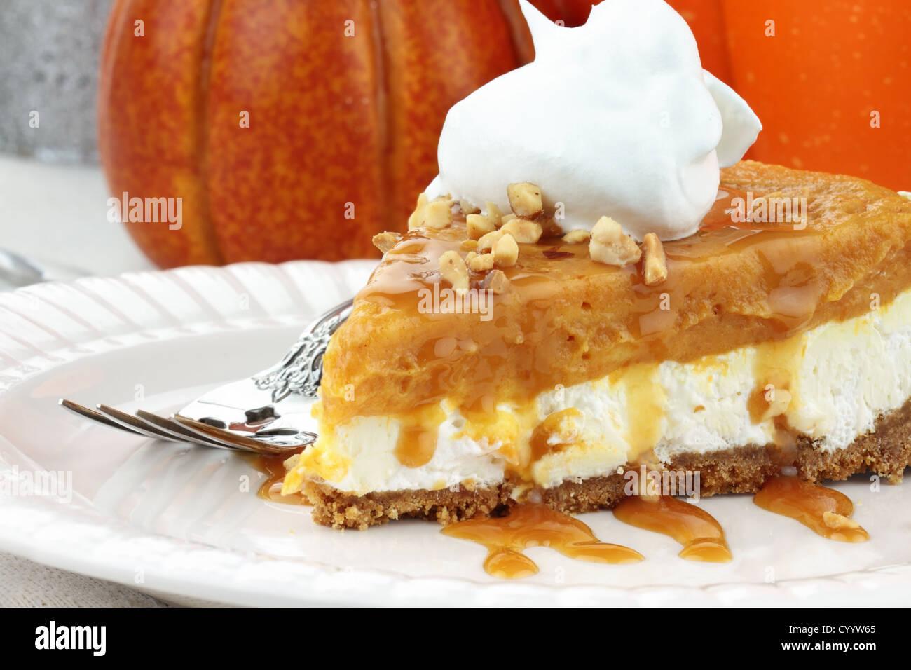 Scheibe Double Layer ohne Backen Pumpkin Pie mit Kürbis, Vanille Pudding, Frischkäse und Sahne gemacht. Stockbild