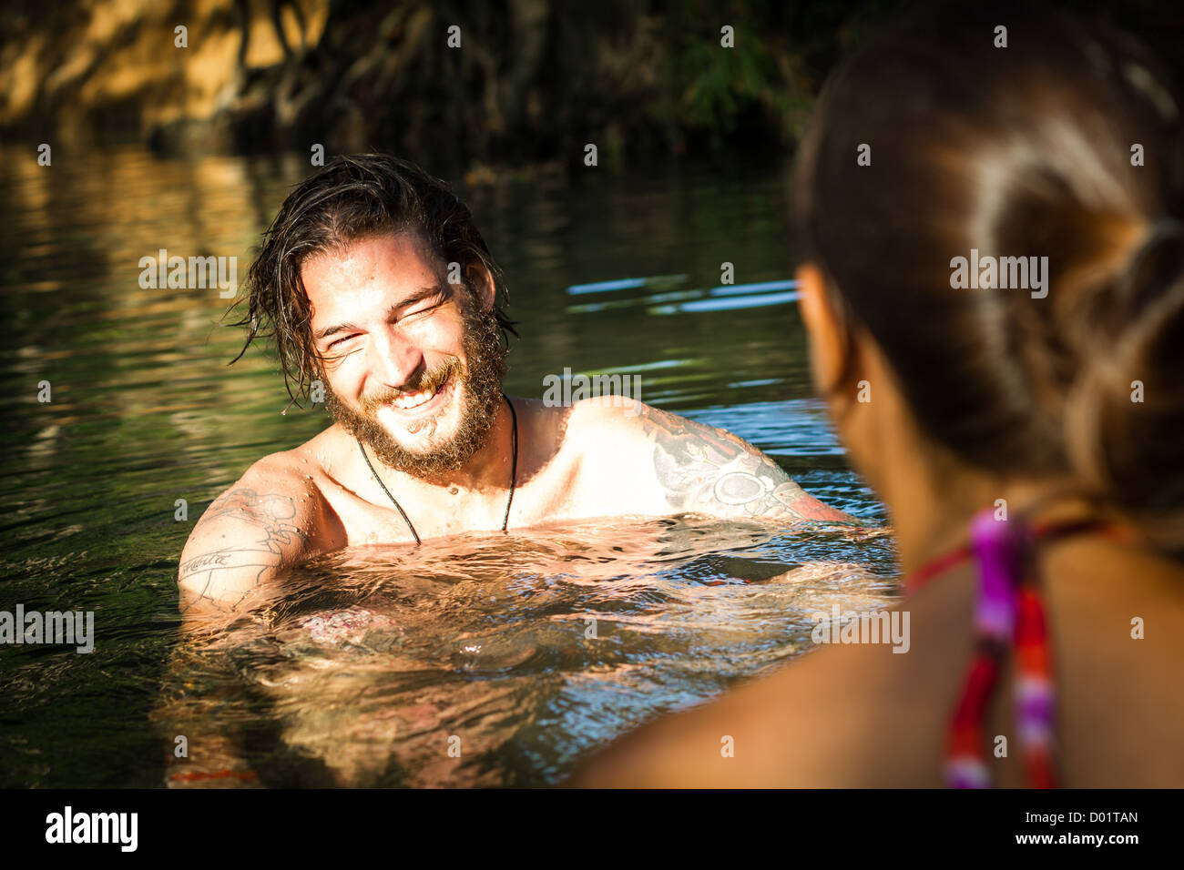 junges Paar hat Spaß im Wasser Stockbild