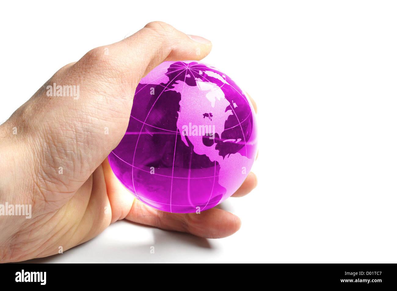 Schutz oder Eco Umweltkonzept mit Welt in der Hand auf weiß Stockbild
