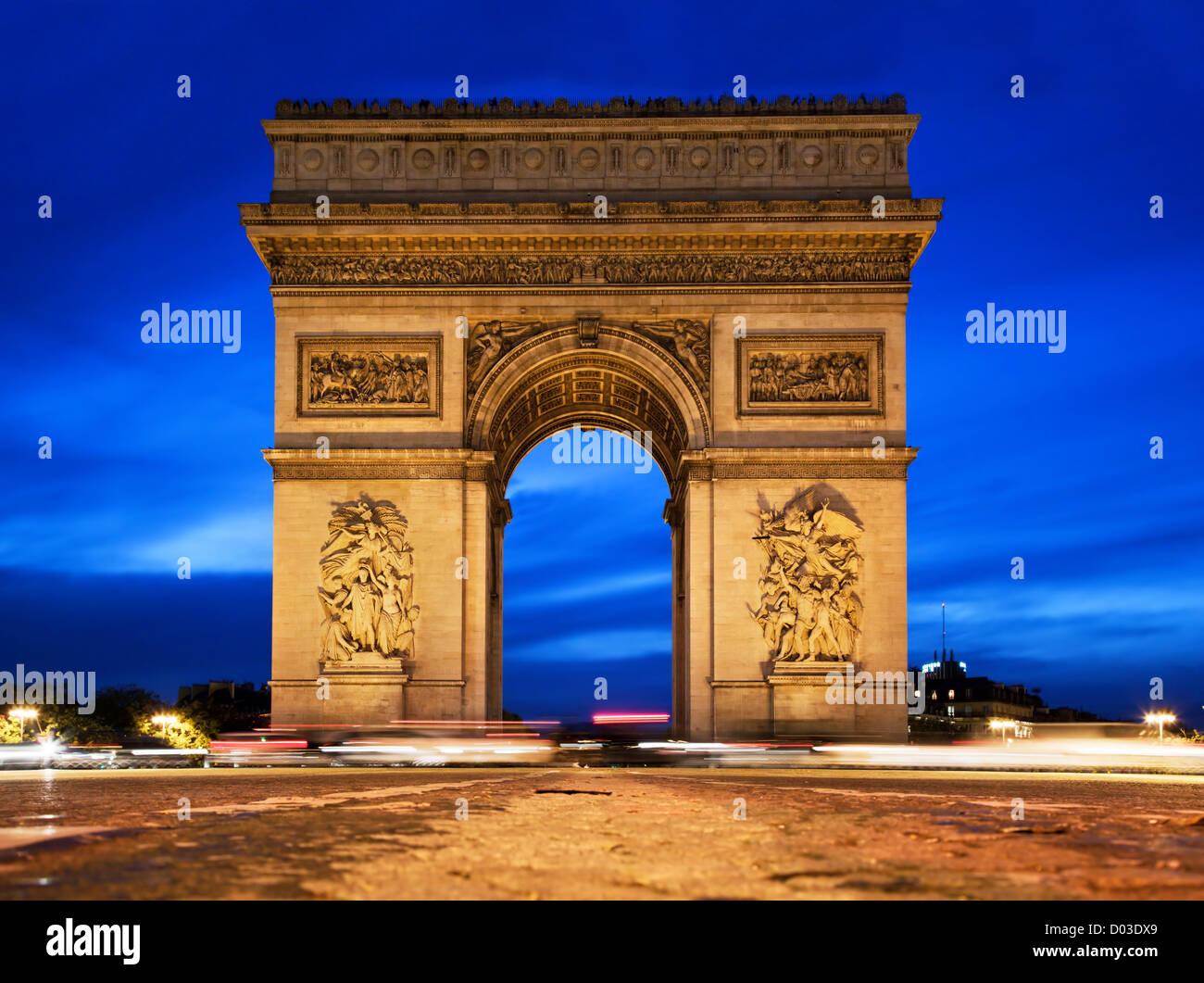 Arc de Triomphe, Paris, Frankreich in der Nacht. Anzeigen von der Avenue des Champs-Elysees Stockbild