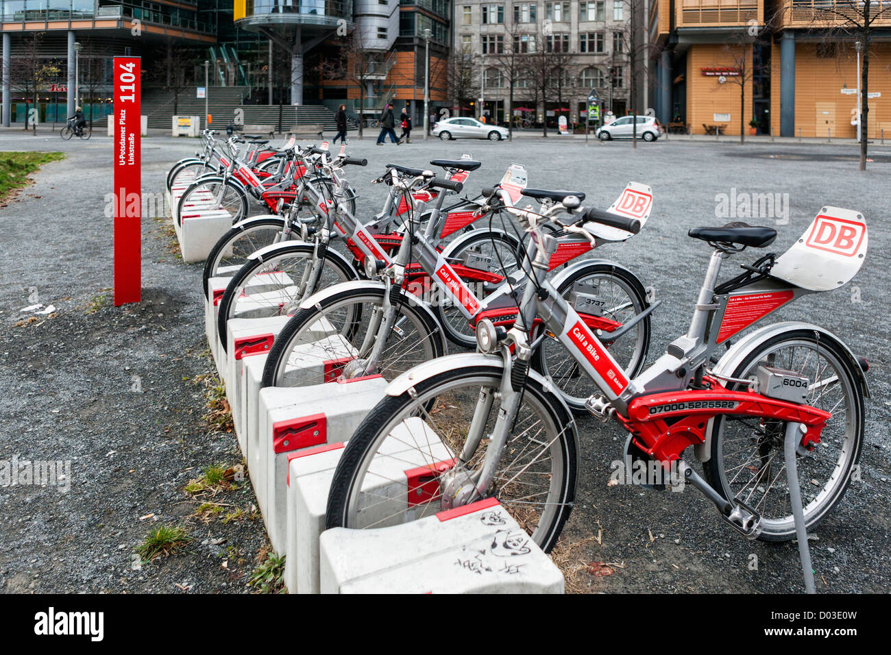 Rote Deutsche Bahn Fahrräder am Potsdamer Platz, Berlin Stockbild
