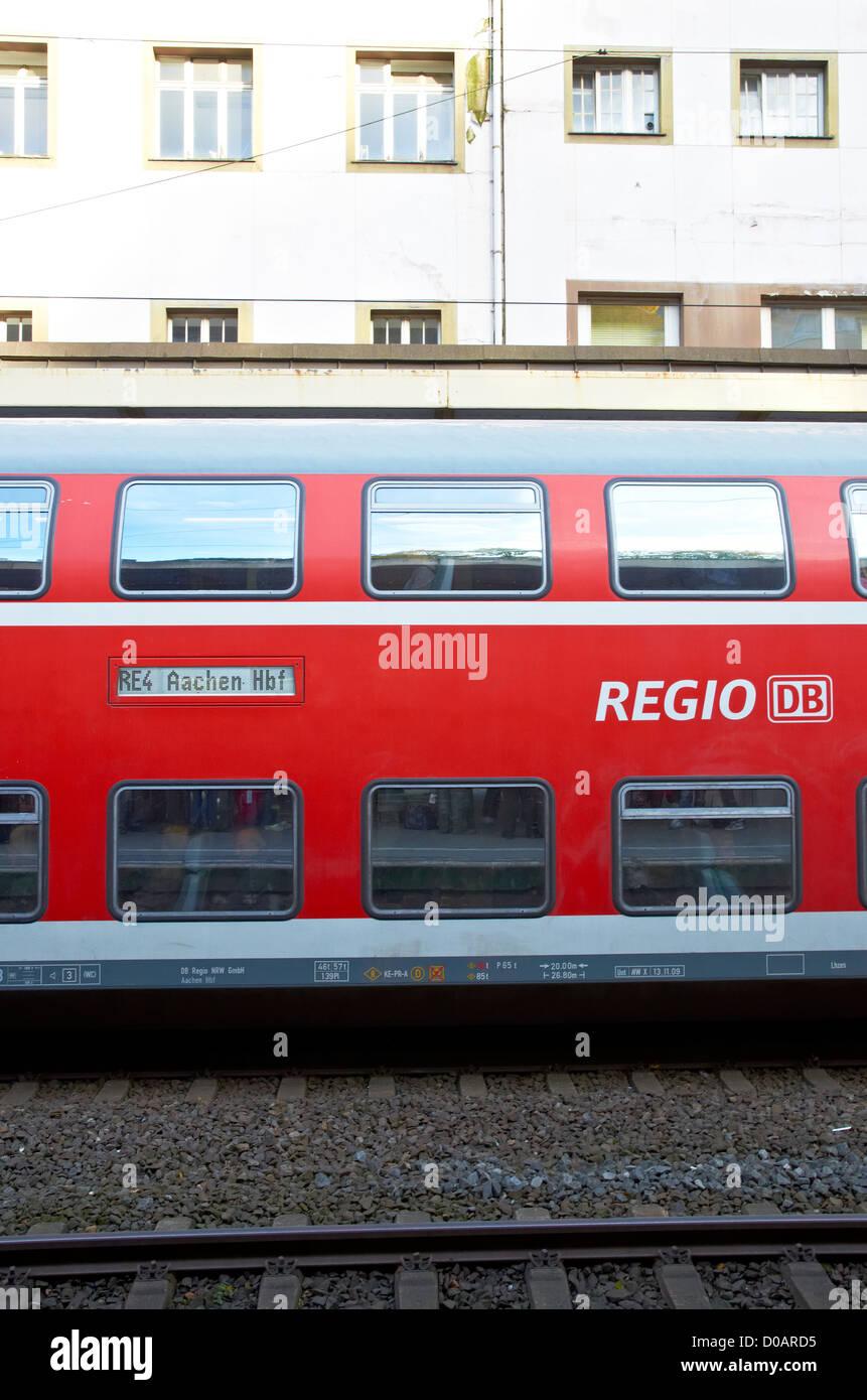 Deutsche regionale Züge am Bahnhof Wuppertal. Deutsch Regionalzüge in Wuppertal Hauptbahnhof. Stockbild
