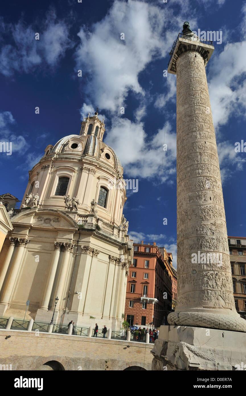 Trajans Säule befindet sich im Forum des Trajan, die größte der Kaiserforen in Rom, Italien Stockbild