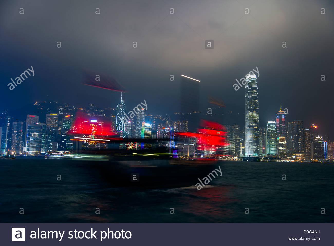 Junk-e-Bewegungsunschärfe mit Nacht Skyline im Hintergrund, Hong Kong, China Stockbild