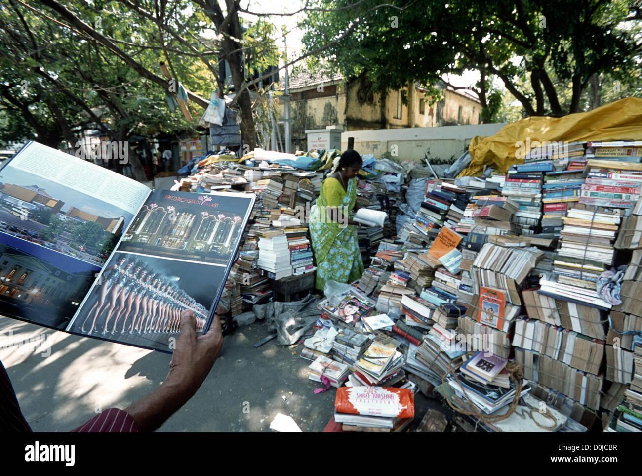 Alten Buchhandlung auf einer Plattform in Mylapore, Chennai; Madras, Tamil Nadu, Indien Stockbild