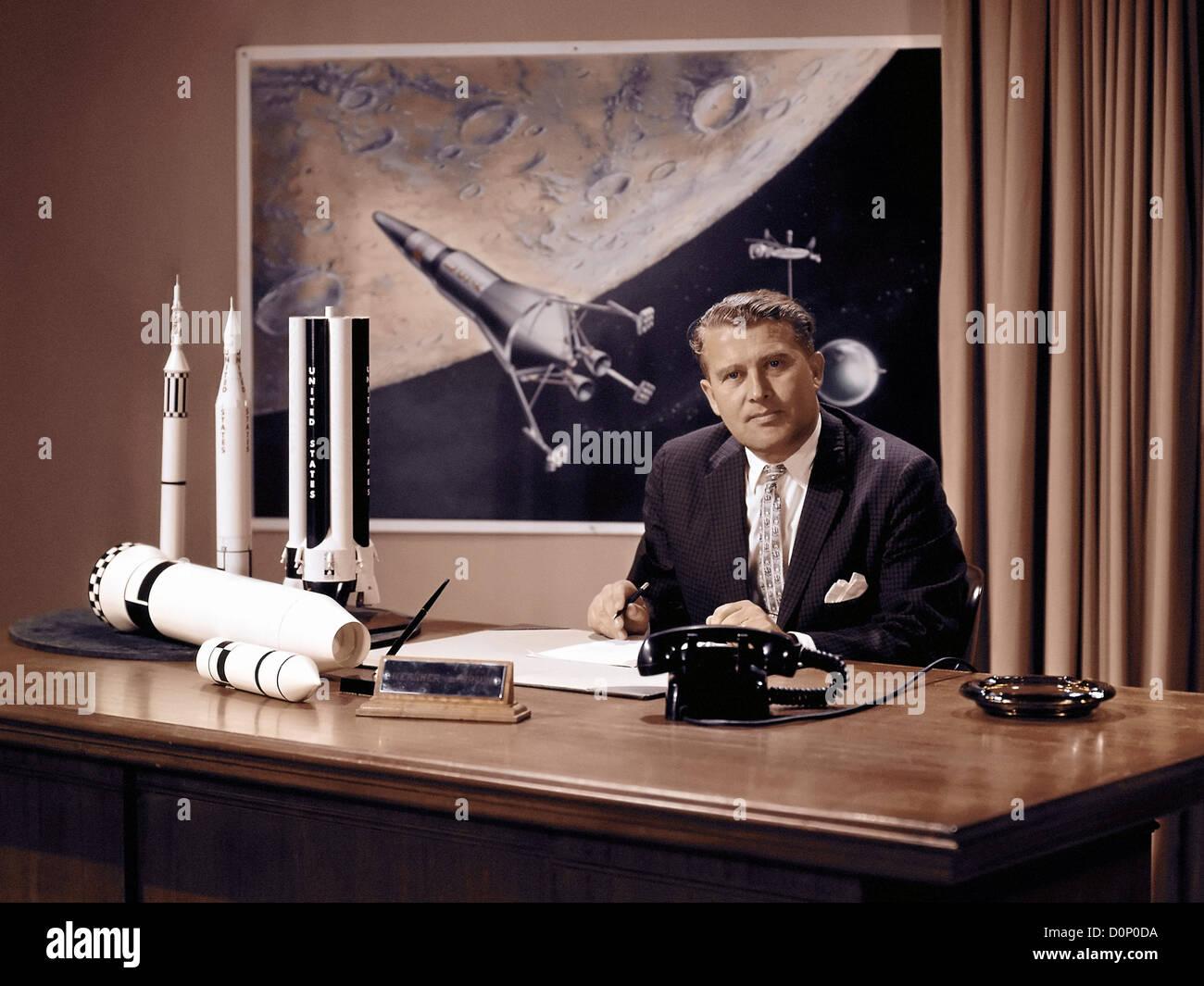 Wernher von Braun an seinem Schreibtisch Stockbild