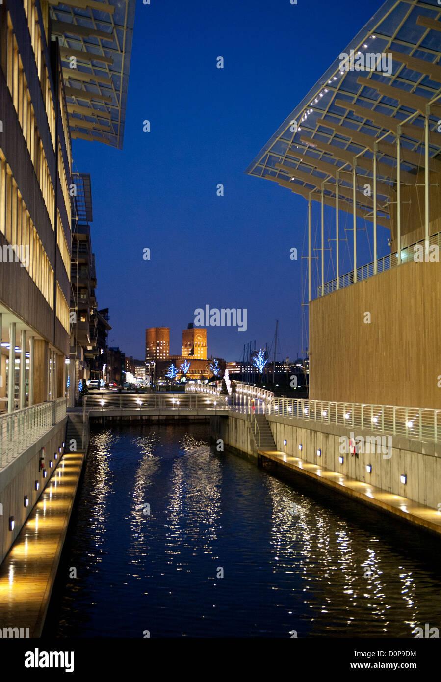 Von Oslo Rathaus von Astrup Fearnley Museet in Tjuvholmen gesehen. Stockbild