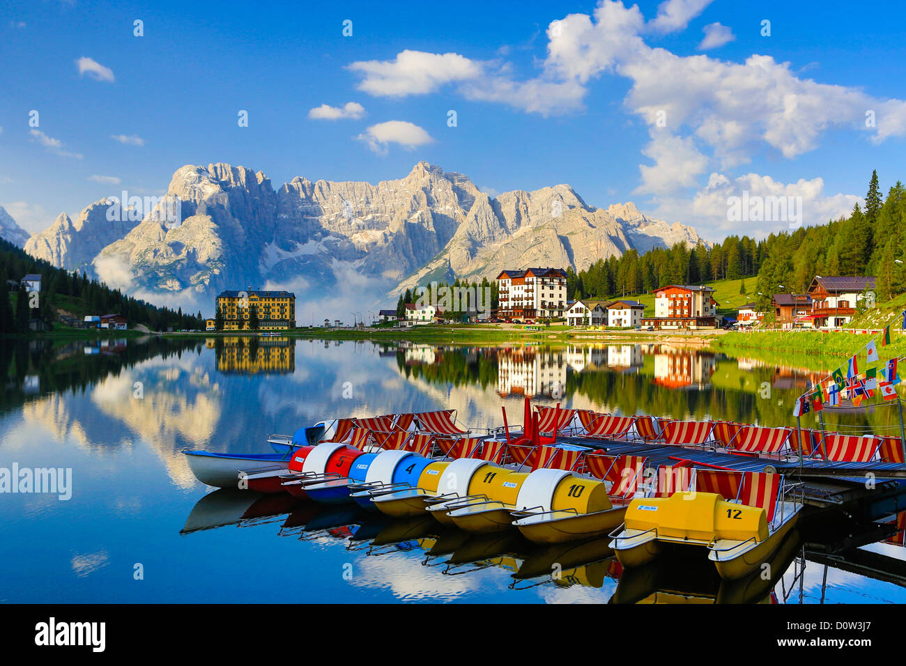 Italien, Europa, Reisen, Dolomiten, Alpen, Missurina, See, Tretboot, Schiffe, Berge, Wolken, bunt, Reflexion, Südtirol, Stockbild