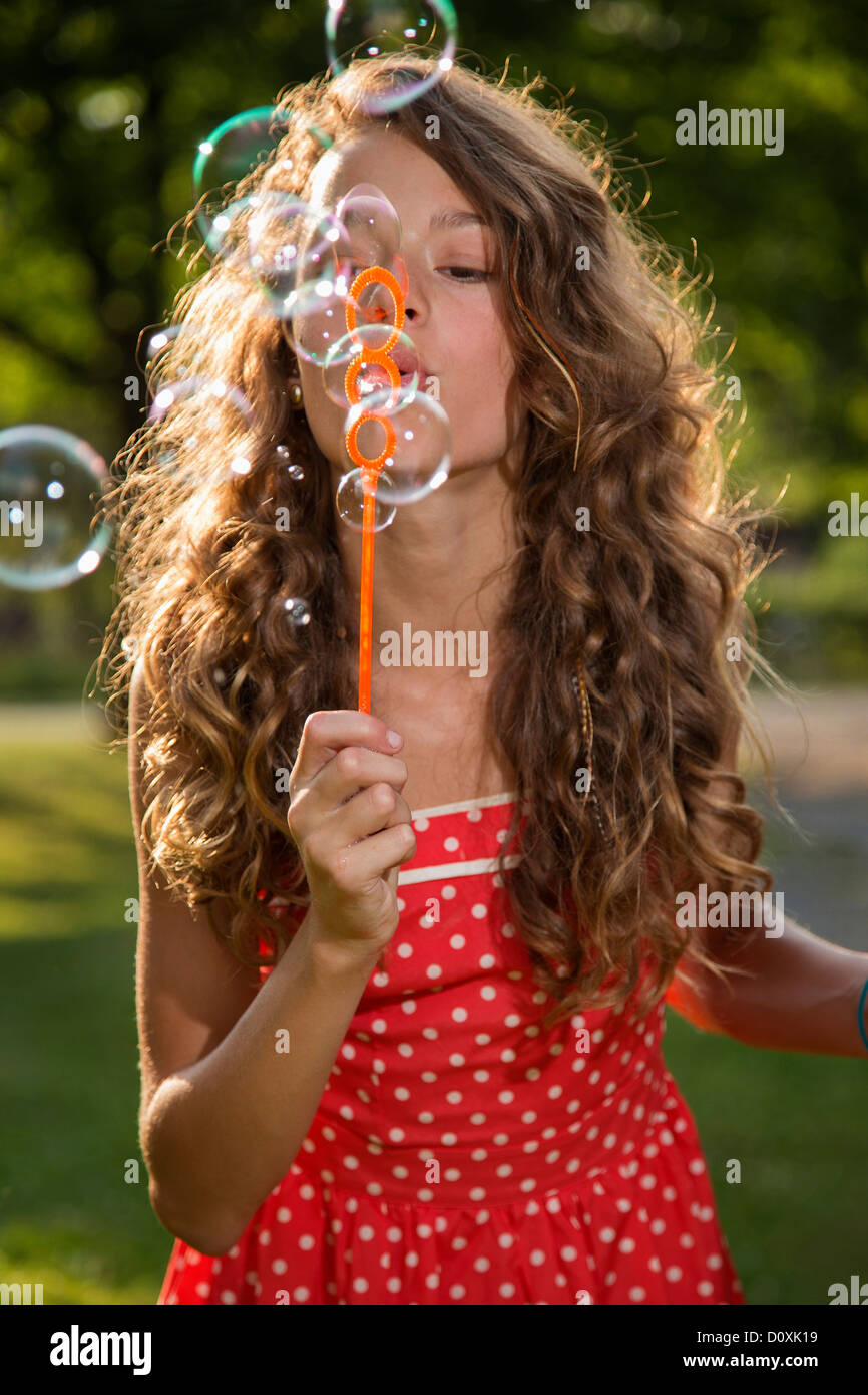 Mädchen bläst Seifenblasen mit Blase wand Stockbild