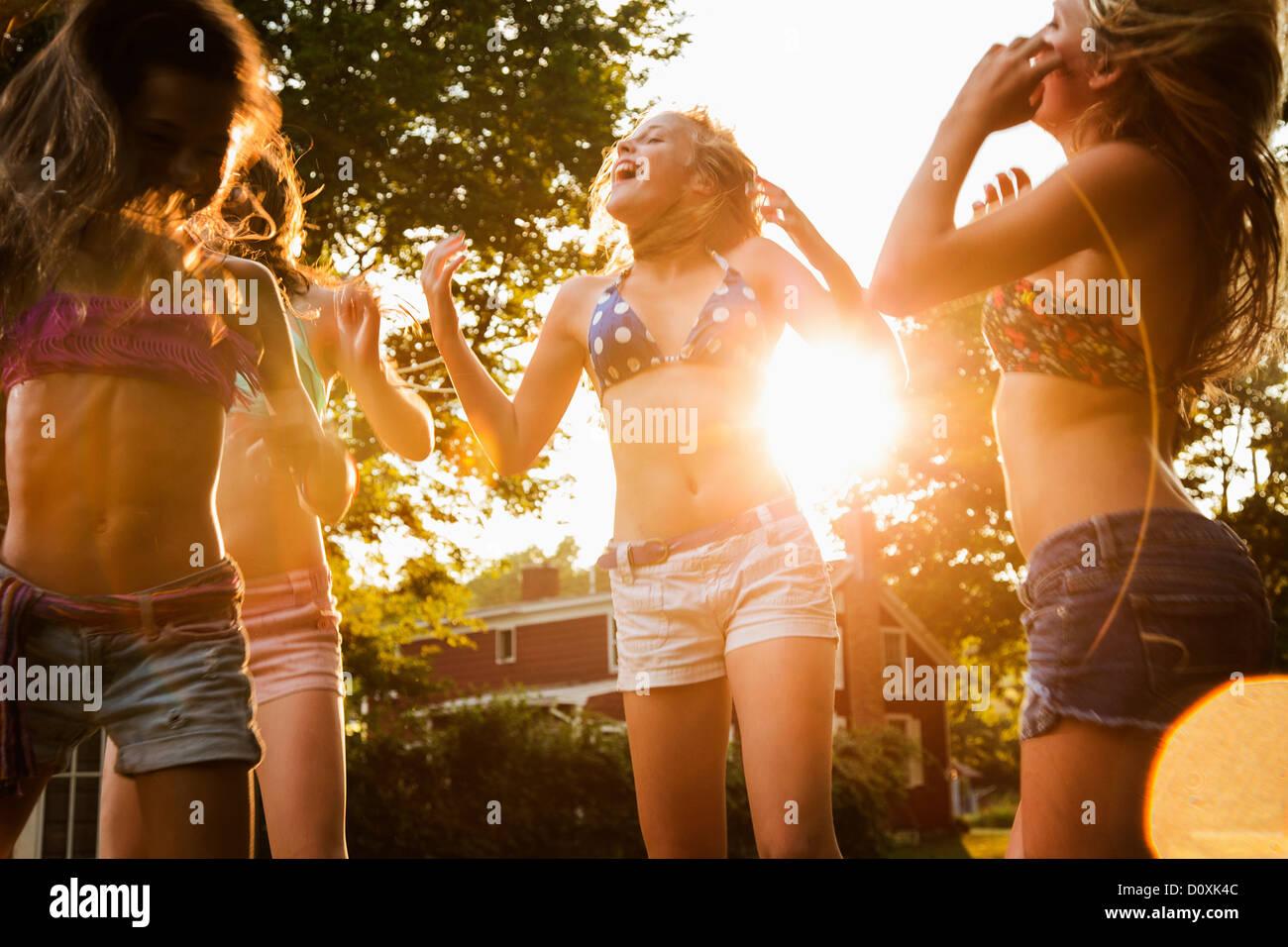Mädchen tanzen im Garten Stockbild