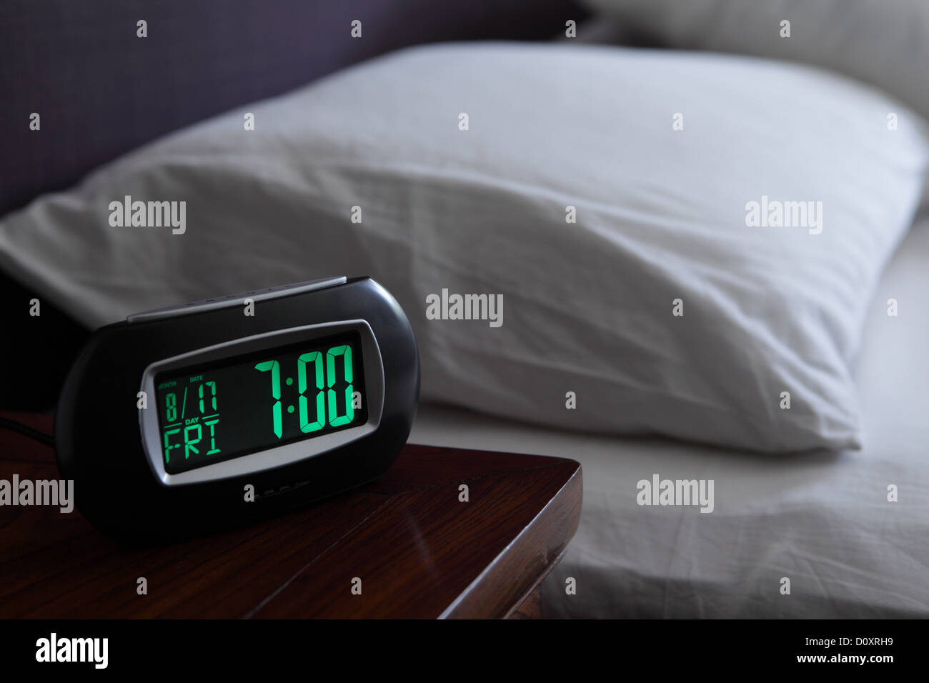 Wecker von Bett Stockbild
