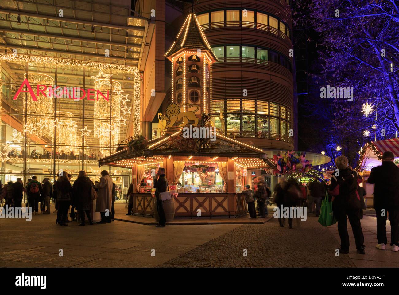 Traditioneller Weihnachtsmarkt Stände beleuchtet durch Eintritt in den Arkaden Einkaufszentrum in der Nacht Stockbild