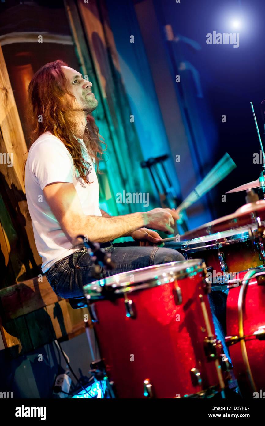 Schlagzeug spielen Stockbild