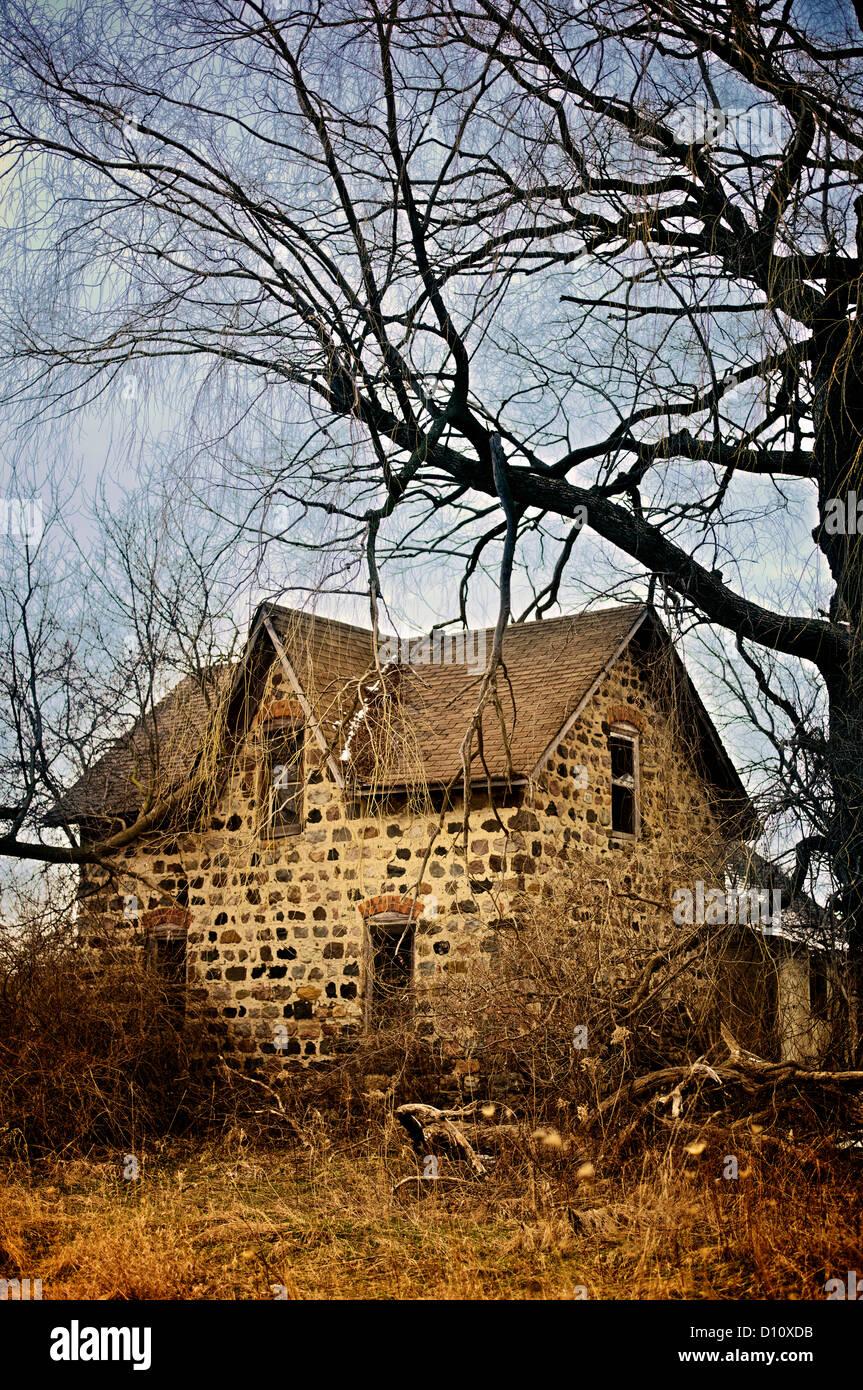 Kleinen verlassenen Haus im Wald bei Sonnenuntergang Stockbild