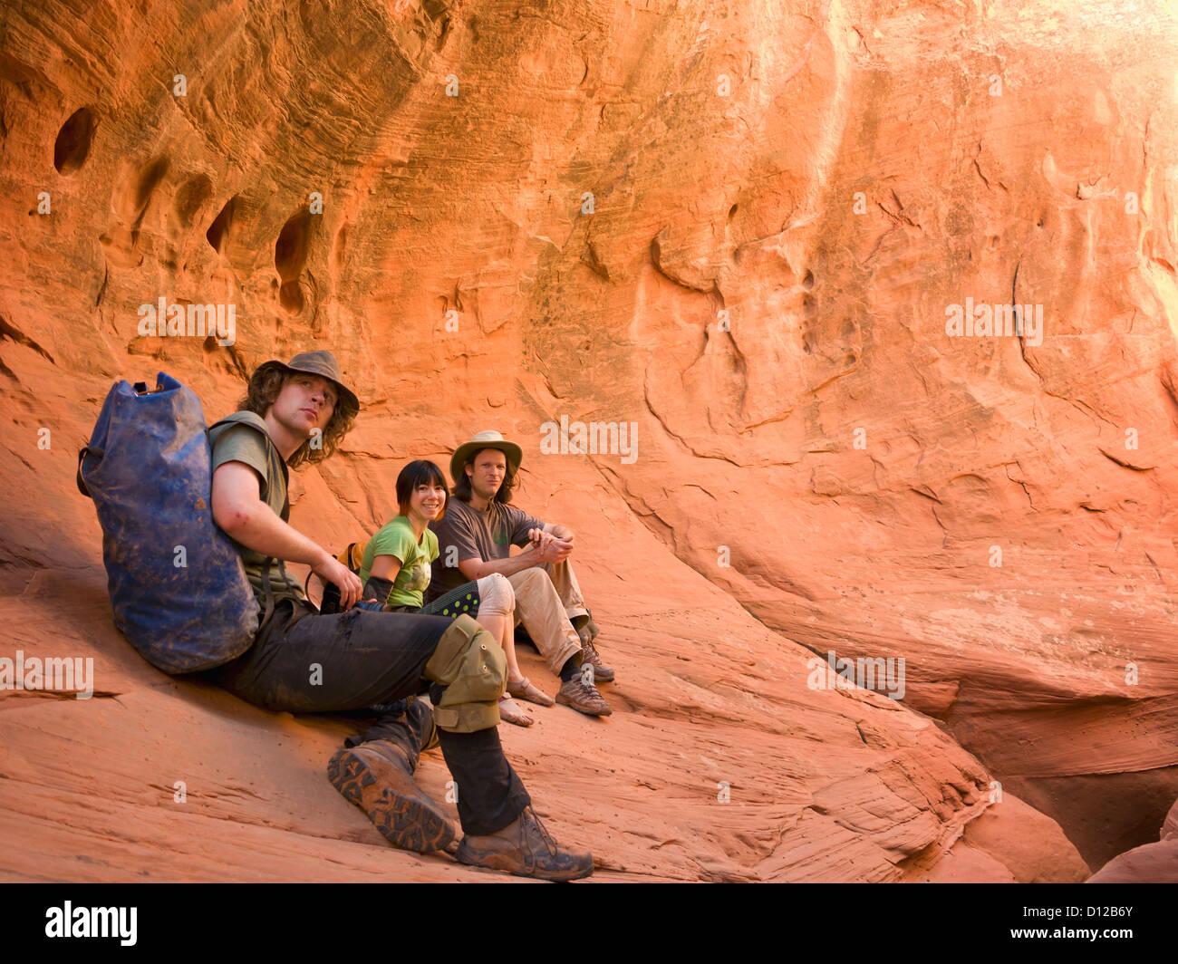 Eine Gruppe von Abenteuer Athleten Utah Slot Canyons zu erkunden; Hanksville Utah Vereinigte Staaten von Amerika Stockbild