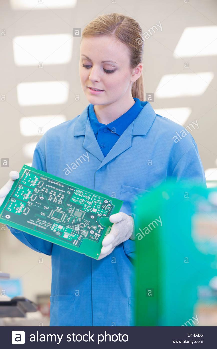 Ingenieur Prüfung gedrucktes Leiterplatte im Werksgelände Stockbild