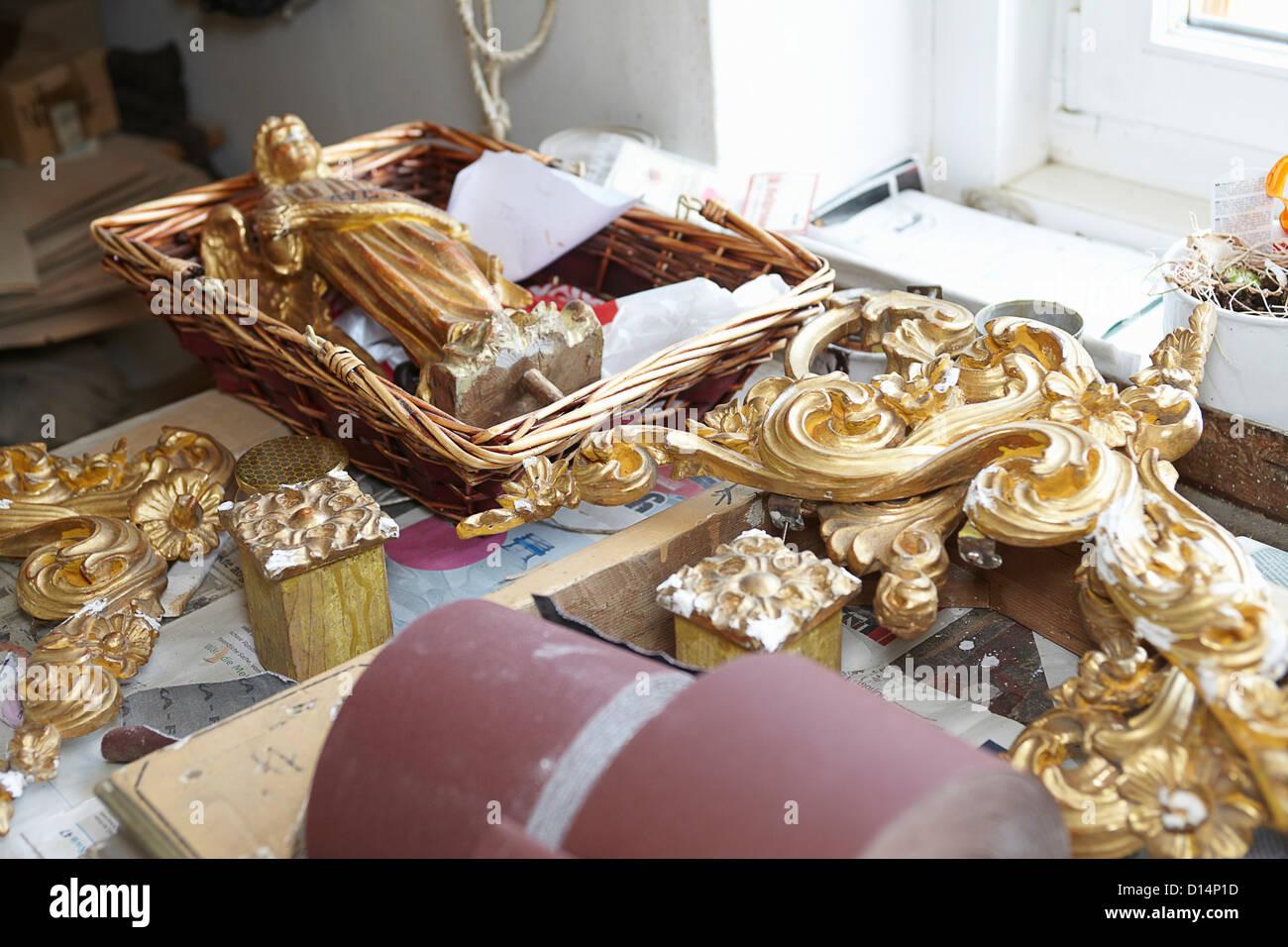 Goldene Verzierungen auf Arbeitstisch Stockbild