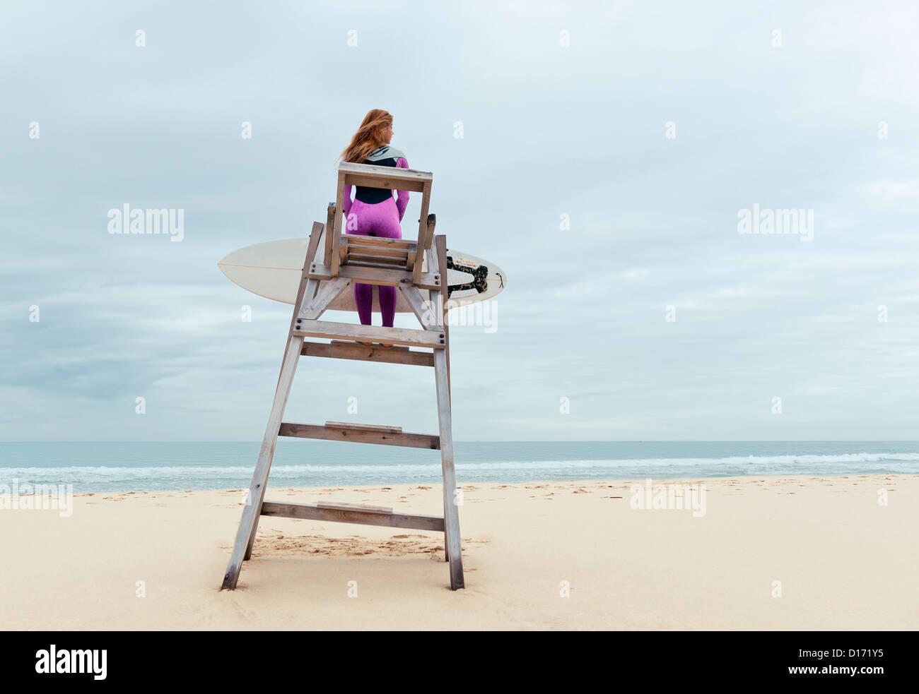 Surferin. Tarifa, Costa De La Luz, Cádiz, Andalusien, Spanien. Stockbild