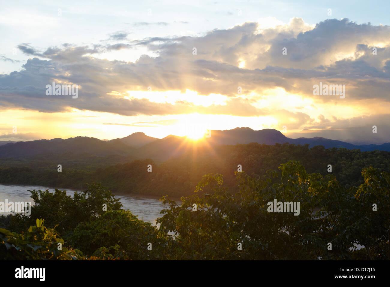 Sonnenaufgang über Gebirge Stockbild