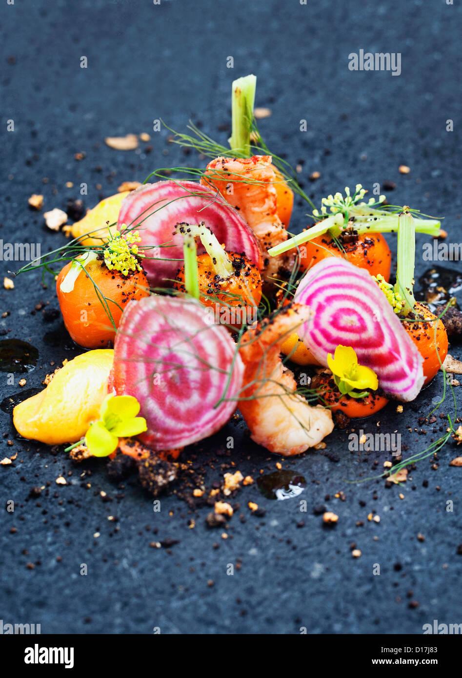 Zwiebel, Shrimps und Kräutern auf Platte Stockbild