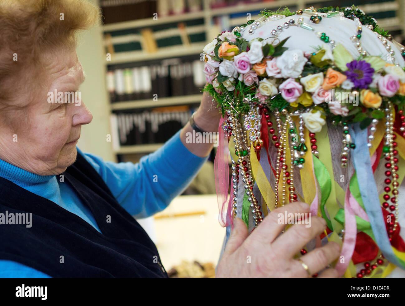 """Luise Freitag (l) behebt die Perle verziert Motorhaube des Bescherkind (""""das Kind, das gibt"""") in das Wendische Stockbild"""