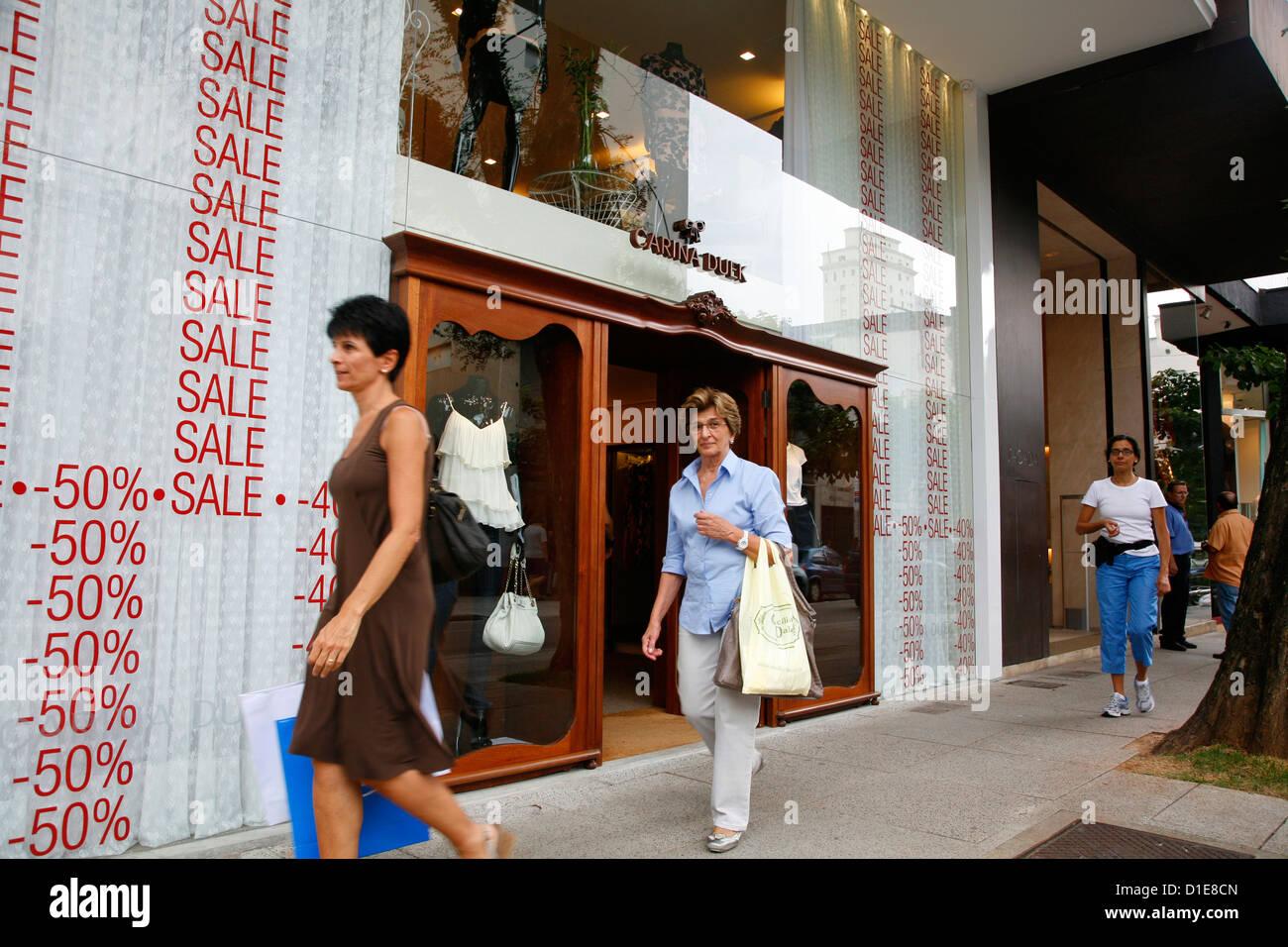 Passanten eine Modeboutique auf Rua Oscar Freire in den Jardins Gegend, Sao Paulo, Brasilien, Südamerika Stockbild