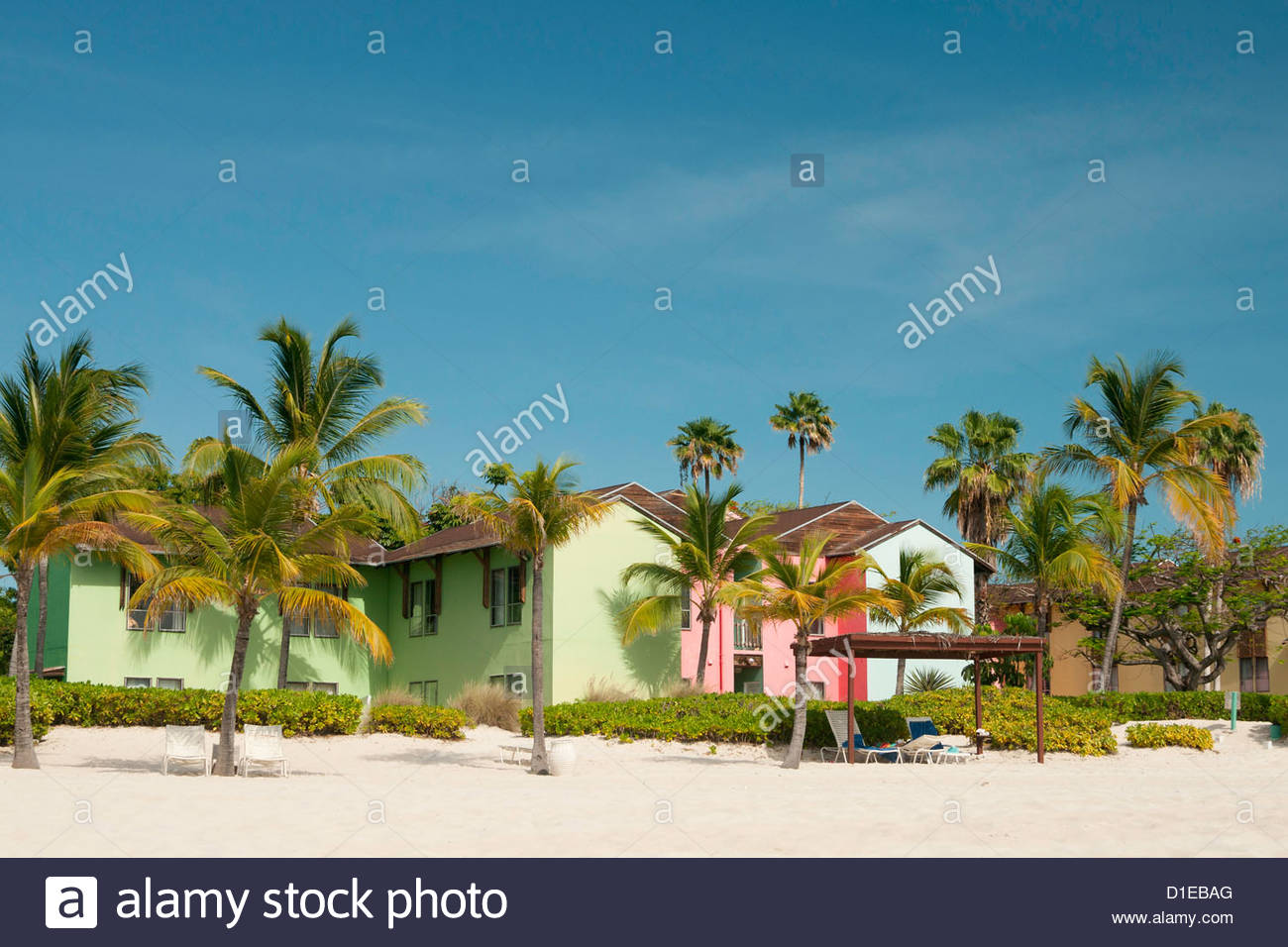 Pastell farbigen Caribbean Häuser auf Grace Bay Beach, Providenciales, Turks-und Caicosinseln, West Indies, Stockbild