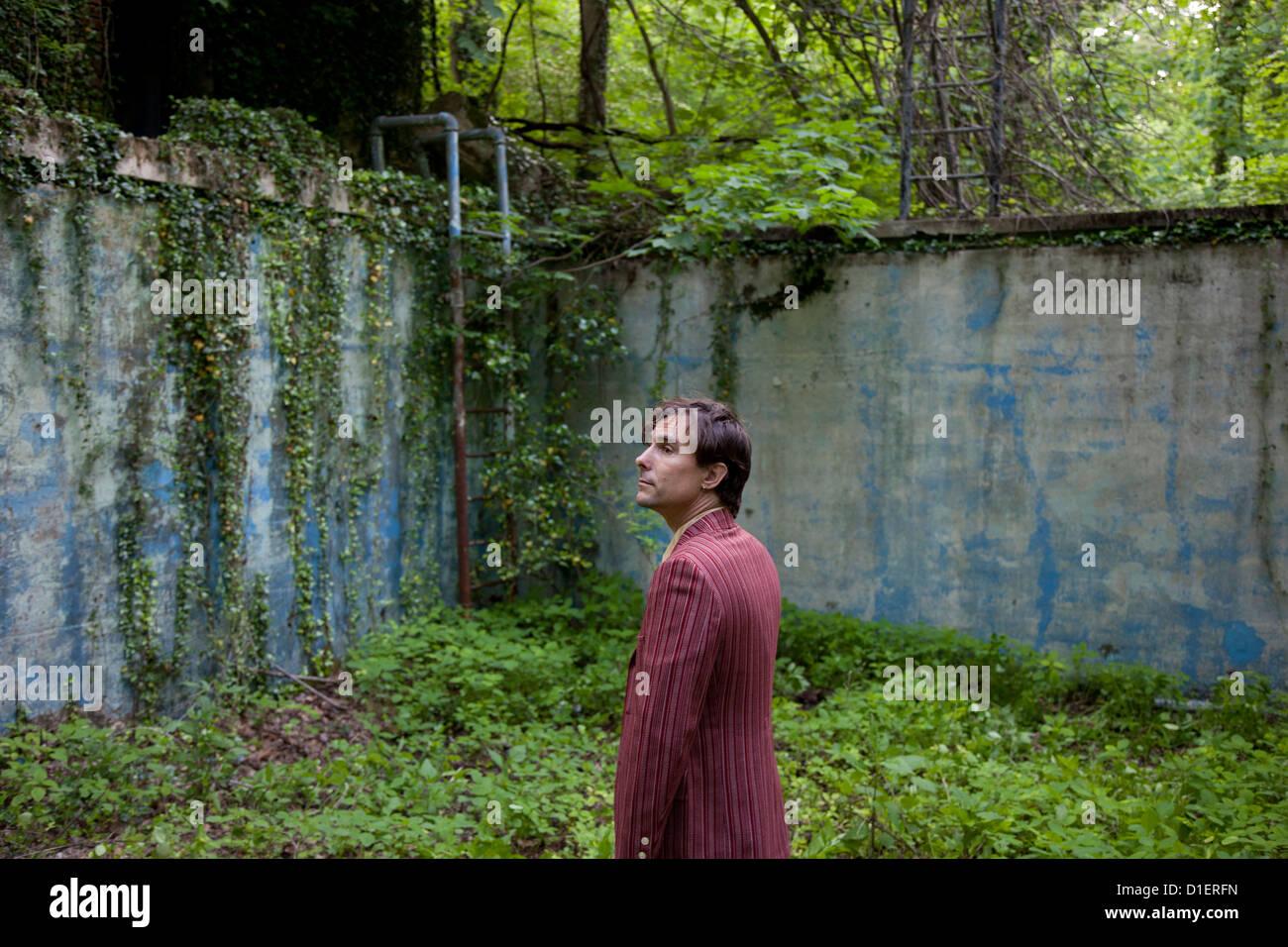 Mann in verwilderten verlassenen Ort Stockbild