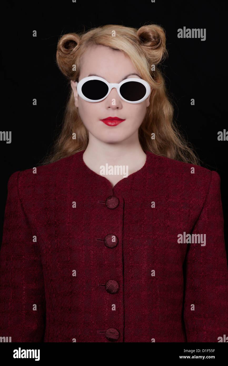 eine Frau in einem Vintage Blazer mit Vintage Sonnenbrillen im 50er Jahre Stil Stockbild