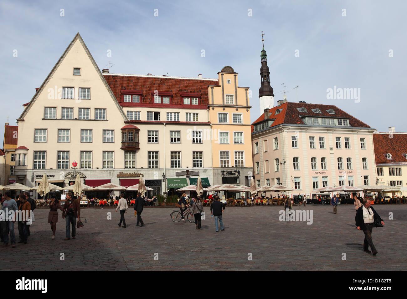 Alltag und Gebäude am Rathausplatz (Raekoja Plats), UNESCO-Weltkulturerbe, Tallinn, Estland, Europa Stockbild