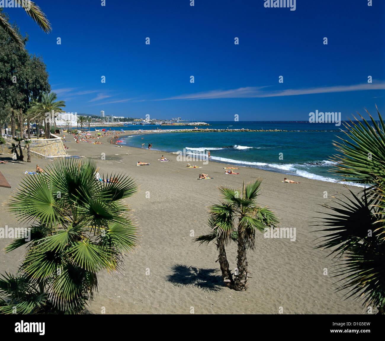 Blick entlang der Beach, Marbella, Costa del Sol, Andalusien, Spanien, Mittelmeer, Europa Stockbild